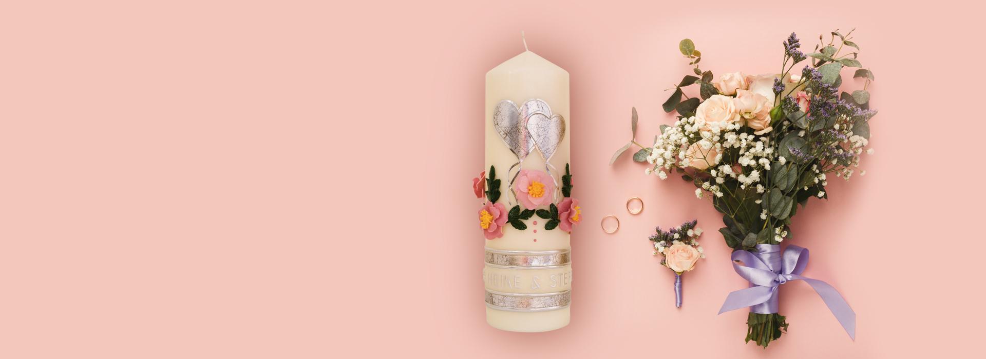 Hochzeitskerze mit silberen Herzen und Wildrosen