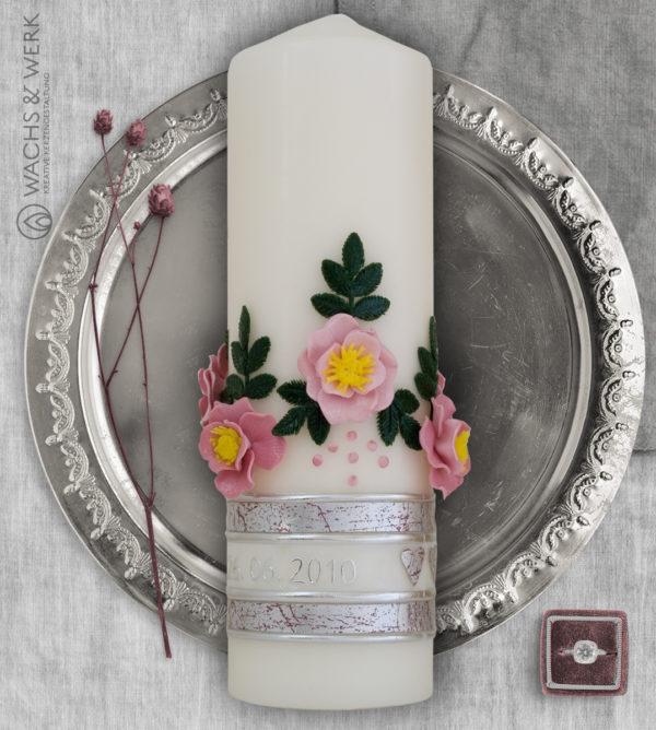 Hochzeitskerze mit Kreuz und Wildrosen