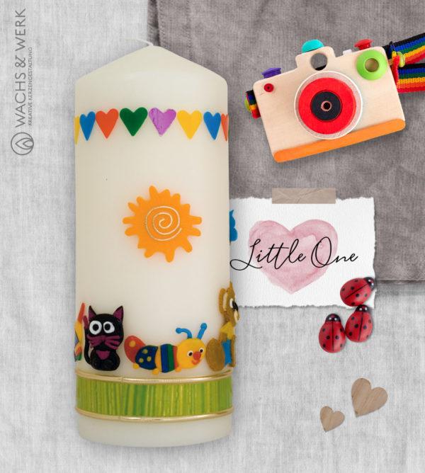 Kerze zur Geburt mit Spielzeug und Schaukelpferd